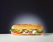 Ein Baguette-Sandwich mit Kochschinken & Käse