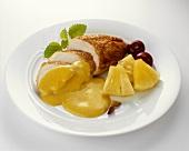 Gebratene Hühnerbrust mit Currysauce und Ananas