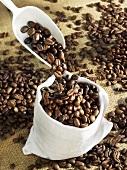 Kaffeebohnen in Sack schütten