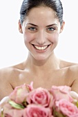 Junge Frau mit rosa Rosen