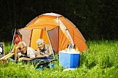 Älteres Ehepaar beim Zelten