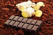 Schokoladentafel und Ingwer auf Kakaopulver
