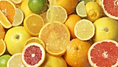 Fruchtsaft über Zitrusfrüchte gießen