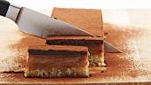 Nuss-Karamell-Kuchen in Scheiben