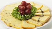 Käseteller mit Weintrauben