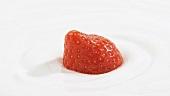 Eine Erdbeere in Sahne