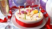 Ein Geburtstagskuchen mit brennenden Kerzen