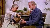Älteres Paar beim Kaffee trinken