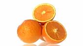 Ganze und halbierte Orangen