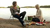 Zwei Frauen grillen auf der Insel Blidö (Stockholmer Archipel)