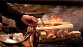 Mann beim Lagerfeuer