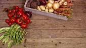 Frisches Gemüse aus einer Holzkiste nehmen
