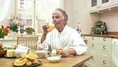 Ältere Frau beim Frühstücken