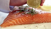 Graved Lachs mit Zitronensaft beträufeln (Close Up)