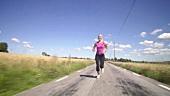 Blonde Frau joggt neben Getreidefelder