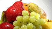 Verschiedene Früchte werden gewaschen