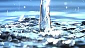 Wasserstrahl fliesst ins Wasser