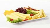 Käseplatte mit Weintrauben und Salzstangen