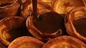Gravy über Yorkshire Pudding gießen