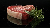T-Bone-Steak mit Salz bestreuen