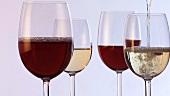 Rotwein und Weisswein einschenken
