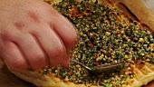 Gegrillten Fladen mit Pesto bestreichen