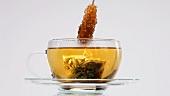 Tee mit Kandisstange umrühren