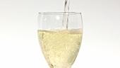 Ein Glas Weisswein einschenken (Close Up)