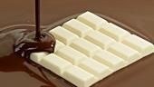 weiße Schokolade in Milchschokolade schmelzen