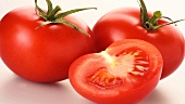 Tomatenhälfte vor ganzen Tomaten
