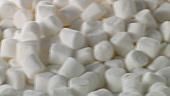 Viele weisse Mini-Marshmallows