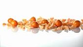 Ganze Clementinen und Clementinenschnitze