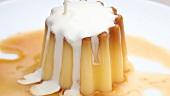 Creme Caramel mit Sahne übergiessen