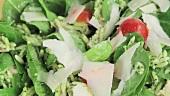 Hähnchen-Orzo-Salat mit frisch gehobeltem Parmesan bestreuen