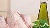 Brühe, Öl, Petersilie und ein ganzes Hähnchen