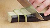 Aubergine in Würfel schneiden