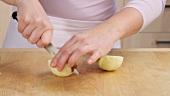 Apfel schälen, vierteln und das Kerngehäuse ausschneiden