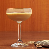 Brandy Alexander Cocktail mit Muskatnuss