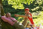 Paar beim Picknick unter Baum