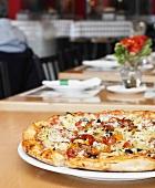 Gemüsepizza auf Tisch im Restaurant