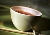 Teeschale und Essstäbchen