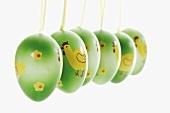 Grüne Ostereier mit Band zum Aufhängen