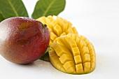 Mangos, ganz und aufgeschnitten