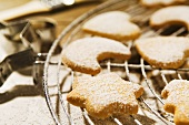 Biscuits sprinkled with icing sugar on cake rack