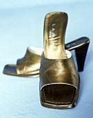 Sandalen in gold mit Absatz, vorne breit, Still