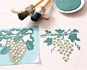 Schablone mit Weinrebenmotiv, Abbildung Weinrebe und Pinsel
