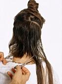 Frau werden die langen Haare hinten abgeschnitten