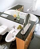 Bad in schwarz-weiß mit Bidet, Wanne und Ablagefläche aus Granit