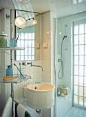 Kleines rundes Waschbecken, Spiegel, Wandsäule mit Ablagen