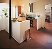 offene Küche abgegrenzt durch weiße Mauerbrüstung, modern, Terracottafl.